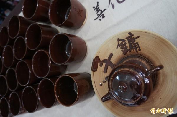 古磚含有高含鐵量,讓陶藝作品呈現出鐵紅色澤。(記者林孟婷攝)