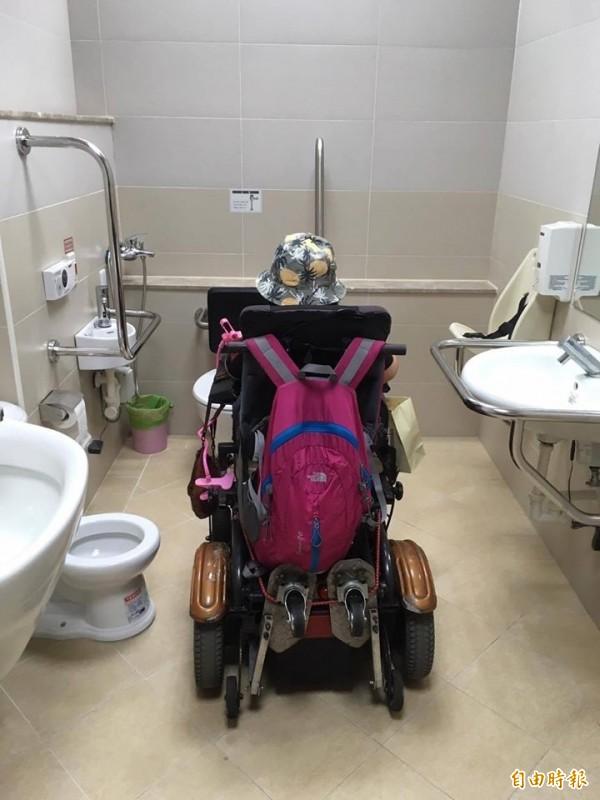 無障礙廁所動線、空間規劃不佳,卡住電動輪椅無法迴轉。(林君潔提供)