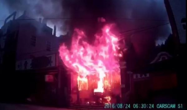 彰化縣縣定古蹟鳳山寺今天清晨驚傳大火,烈焰沖天。(記者湯世名翻攝)