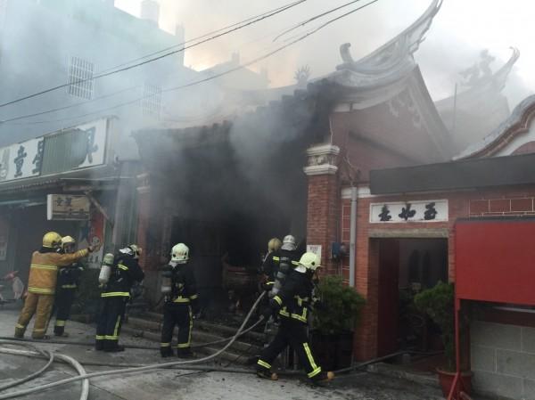 彰化縣縣定古蹟鳳山寺今天清晨驚傳大火,消防人員灌救。(記者湯世名翻攝)