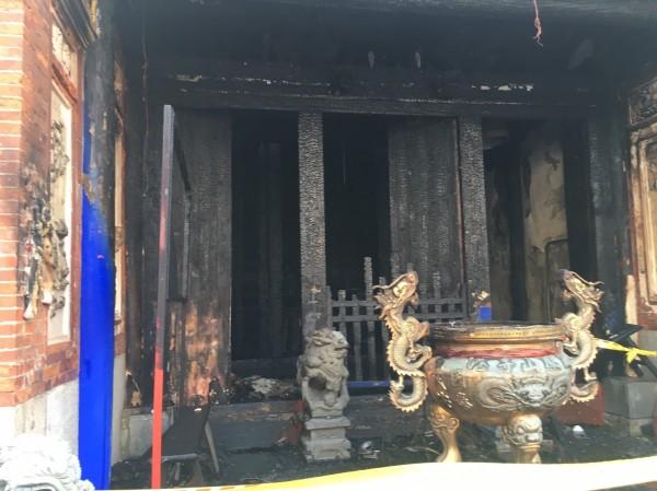 彰化縣縣定古蹟鳳山寺今天清晨驚傳大火,整座寺廟幾乎燒毀。(記者湯世名翻攝)