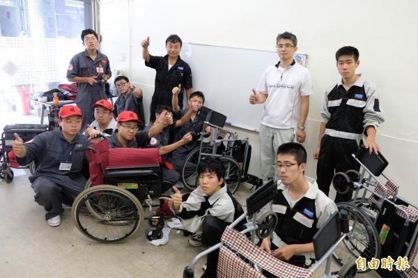 十位來自福岡縣立浮羽工業高校汽車研究社的學生,在機械科老師隈政博與緒方秀政帶領下,前天來到台灣,進行為期四天的輪椅義務維修的志工服務。(記者陳炳宏攝)