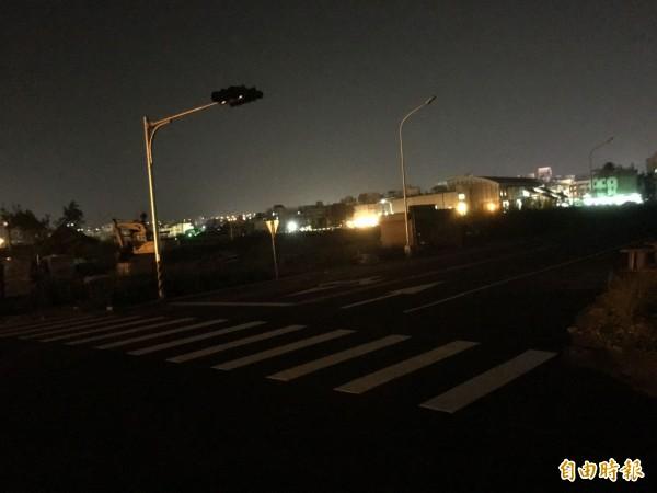 沙鹿火車站西站外側的路燈一直沒通電,入夜後一片漆黑。(記者黃鐘山攝)
