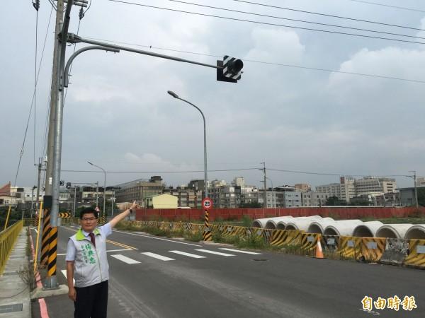 沙鹿火車站西站的道路、運輸配套不足,楊典忠要求台電、市府儘速改善。(記者黃鐘山攝)