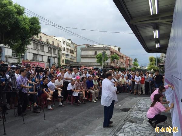 花蓮市長候選人魏嘉賢現場開票實況,民眾情緒亢奮。(記者王峻祺攝)