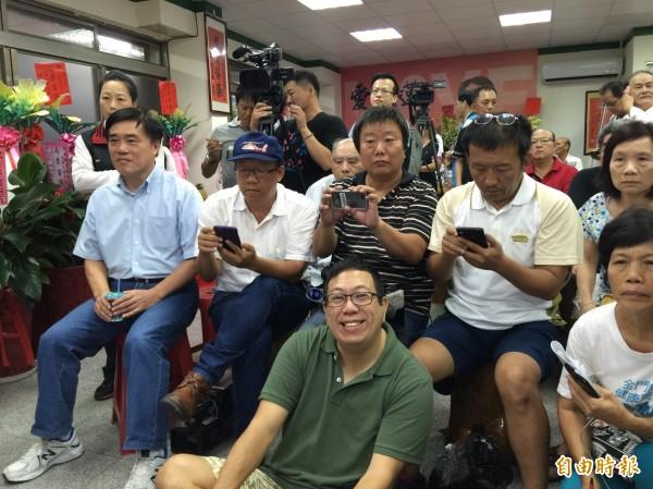 國民黨副主席郝龍斌(左一)也在魏嘉賢競選總部與民眾一起觀看開票結果。(記者王峻祺攝)