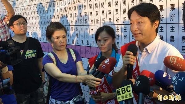 魏嘉賢發表當選感言,現場支持民眾情緒亢奮。(記者王峻祺攝)