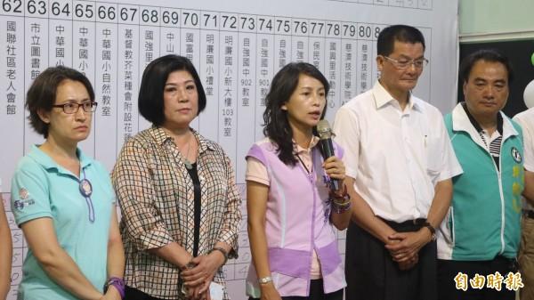民進黨提名的花蓮市長候選人張美慧(左三)發表敗選感言。(記者王錦義攝)