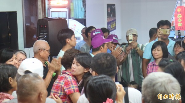 民進黨提名的花蓮市長候選人張美慧到總部,受到支持者溫暖的擁抱。(記者王錦義攝)