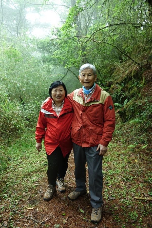 楊南郡(右)和妻子徐如林(左)今年6月初隨林務局前往合歡越嶺道。(圖由林務局提供)