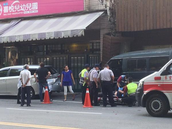 車子撞幼兒園的車禍,駕駛人抬出才發現頭中彈。(民眾提供)