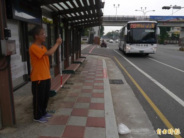 視障生林佩貞利用「台中公車 微光版」及「APP Call SOP」等公車。(記者張軒哲攝)