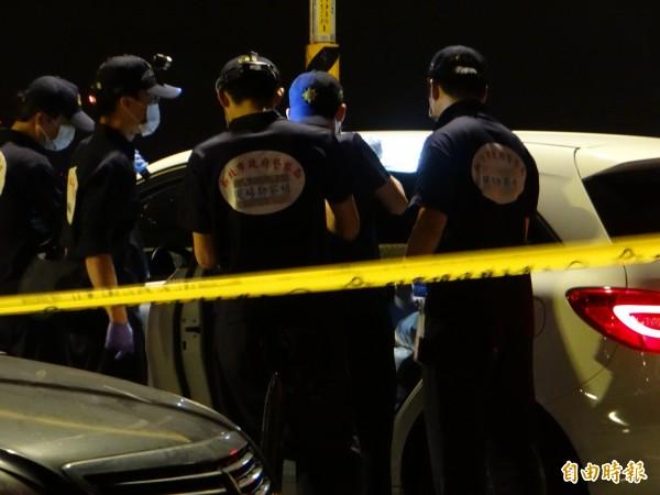警方於燒炭現場進行蒐證。(記者徐聖倫攝)
