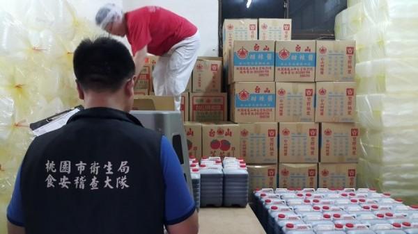 衛生局稽查人員封存台山生產醬料。(桃園市衛生局提供)