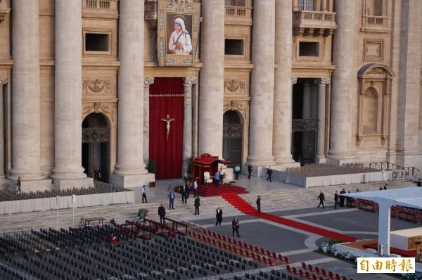 德蕾莎修女封聖典禮在今天上午10點半舉行,於梵蒂岡的聖伯多祿大殿廣場舉行,一早廣場前擠滿排進場的民眾,等著安檢,預計將有10萬人出席。(記者鍾麗華 攝)
