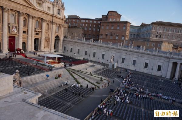 德蕾莎修女封聖典禮在今天上午10點半舉行,於梵蒂岡的聖伯多祿大殿廣場舉行,一早廣場前擠滿排進場的民眾,等著安檢,預計將有10萬人出席。(記者鍾麗華攝)