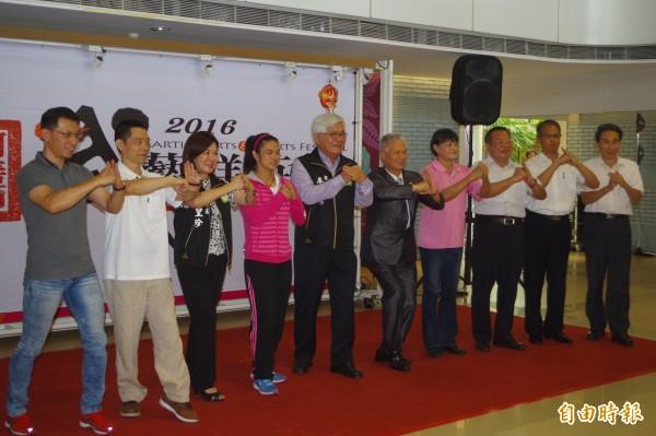 縣長李進勇(左5)、許淑淨(左4)邀請民眾參加武術群英會。(記者林國賢攝)