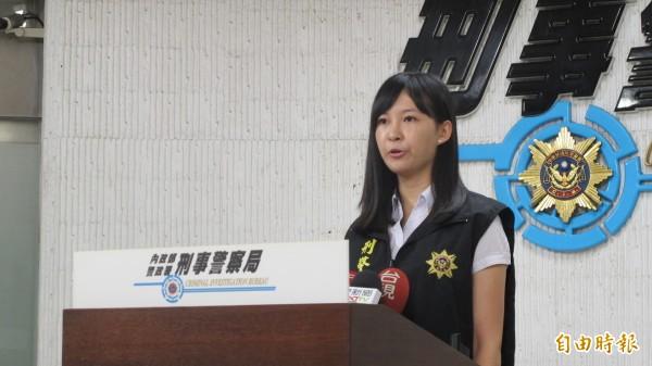 刑事局預防科偵查員吳奕嫺說明「志光函授」學員遭詐經過。(記者姚岳宏攝)