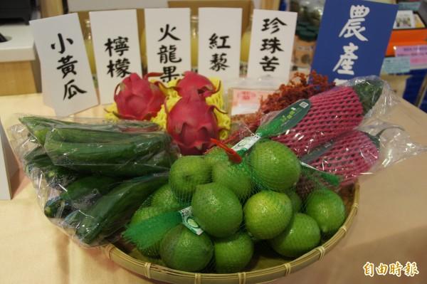 屏東縣推薦的品項在農產部分,有檸檬、火龍果、珍珠苦瓜、牛蒡。(記者洪美秀攝)