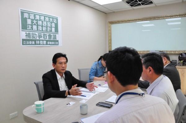 民進黨立委林俊憲與營建署代表協商,希望盡速汰換南區抽水站。(記者王捷翻攝)