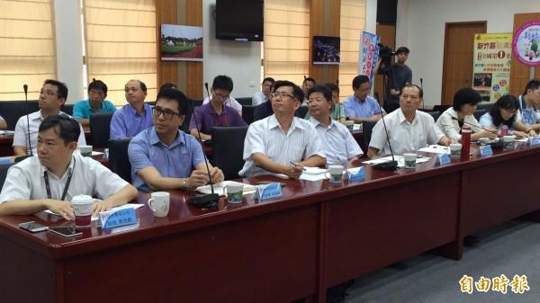 國內5 大電信業者(左1~左5)今天也到新竹縣參加座談,反映縣府把關過嚴,民眾遇基地台就反,是新竹縣通訊品質差的重要原因。(記者黃美珠攝)