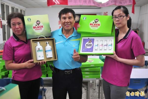 滿州農會成功研發黑豆面膜、精華液、沐浴乳、洗髮精等七項產品。(記者蔡宗憲攝)