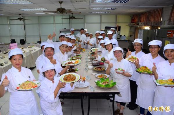 養生藥膳料理烹調班結訓,學員們大展廚藝,端出美味料理。(記者吳俊鋒攝)