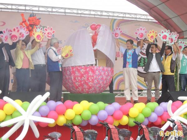 詔安客家文化會館今啟用,縣長李進勇(左四)主持破蛋儀式。(記者陳燦坤攝)