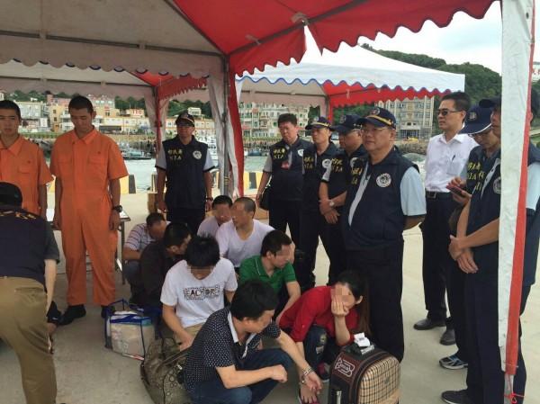 8名中國偷渡客在馬祖福澳港碼頭等待遣返。(記者王冠仁翻攝)