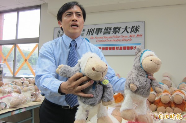 代理商發言人洪英偉說,如果沒有買過正版(右)的玩偶,其實很難辨認出與仿品(左)的差別。(記者何宗翰攝)
