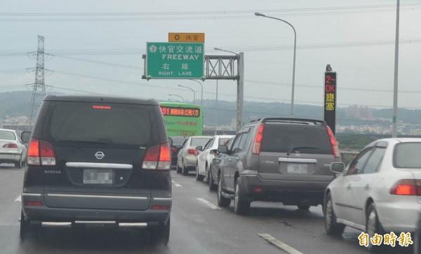中彰銜接福高的快官交流道湧入大量車潮,車輛一度動彈不得。(記者湯世名攝)