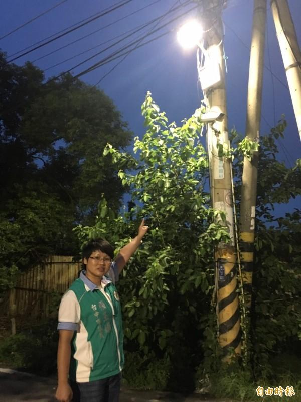 市府配合中央政策,水銀路燈全數汰換為LED路燈。(記者黃鐘山攝)