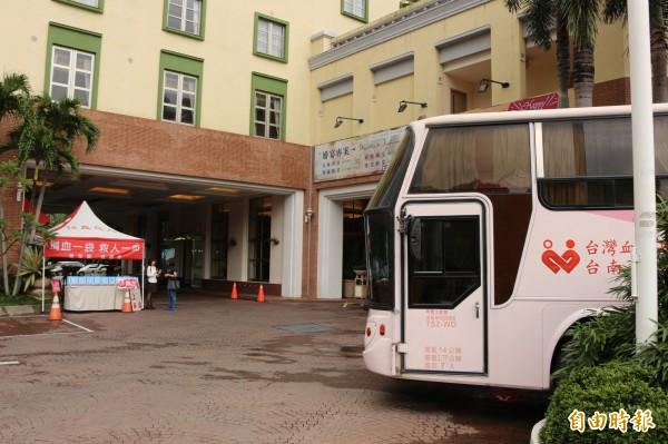 捐血車開進遊樂園,雲林第一遭。(記者詹士弘攝)