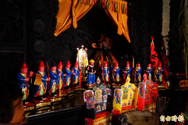 值年中軍府和十三位班頭神像。(記者陳彥廷攝)