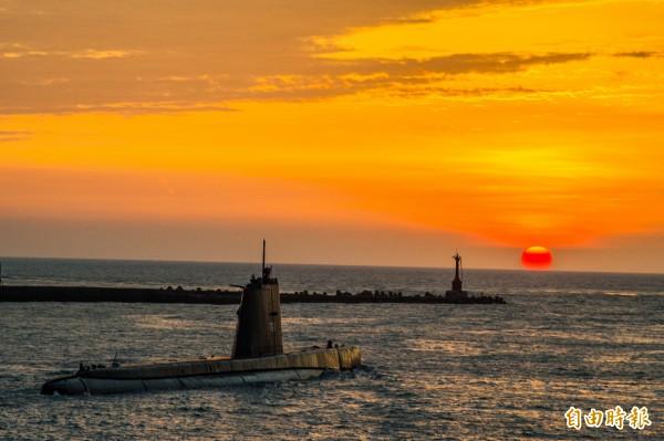 全球最老的海獅號潛艦結束任務,夕陽餘暉伴阿公級潛艦歸航。(記者張忠義攝)