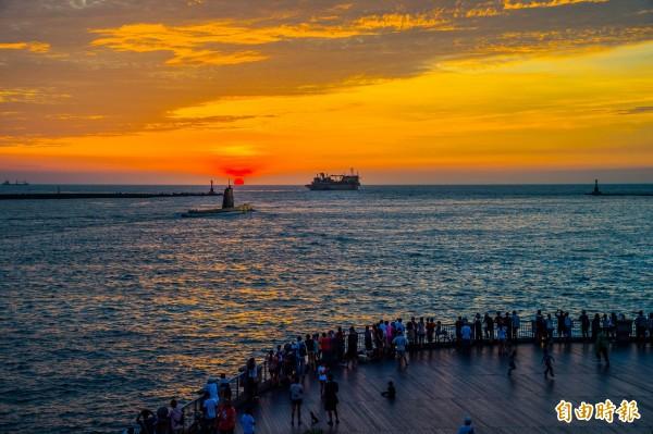 海獅號返回左營軍港,西子灣湧入大批人潮,見到難得一見的阿公級潛艦出港,大家紛紛拿起手機拍攝。 (記者張忠義攝)