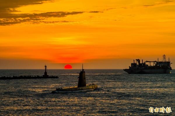 夕陽西下搭配潛艦出港,畫面難得一見。(記者張忠義攝)