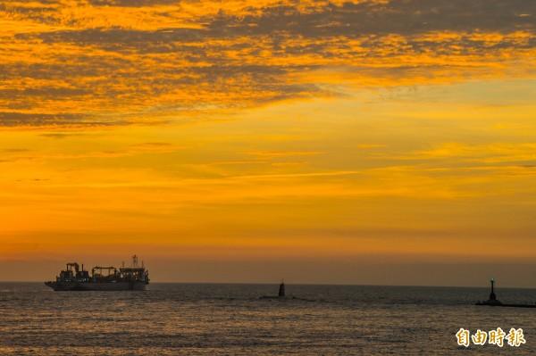 全球最老的海獅號潛艦結束任務出港,夕陽餘暉伴阿公級潛艦歸航。(記者張忠義攝)