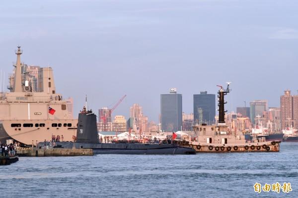 海獅號潛艦結束任務,拖船將海獅號拖出新濱碼頭到航道。(記者張忠義攝)