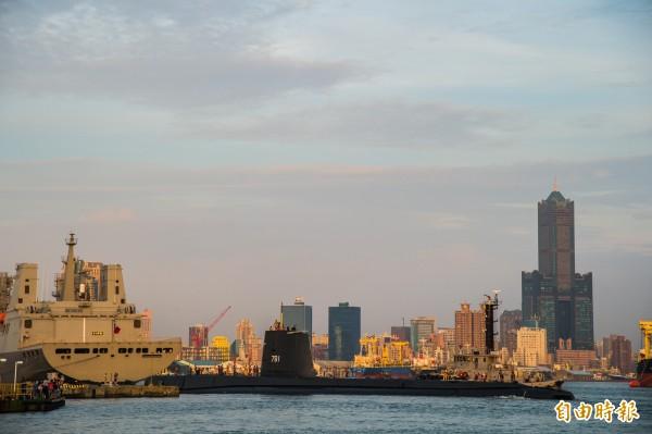 海獅號潛艦慢慢駛離新濱碼頭。(記者張忠義攝)
