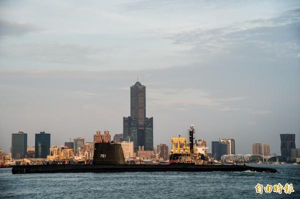 阿公級潛艦歸航,後端是高雄地標85大樓。(記者張忠義攝)