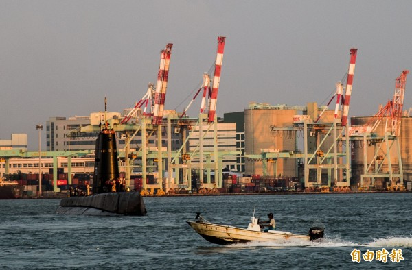 小漁船與老潛艦。(記者張忠義攝)