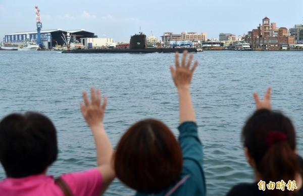 岸上民眾向海獅號潛艦揮手再見,歡迎下次再來。(記者張忠義攝)
