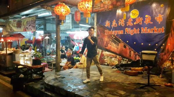 客委會南進計畫交流團參與馬來西亞砂拉越新堯灣老街的嘉年華活動,並演唱客家流行歌曲。(李嘉元提供)