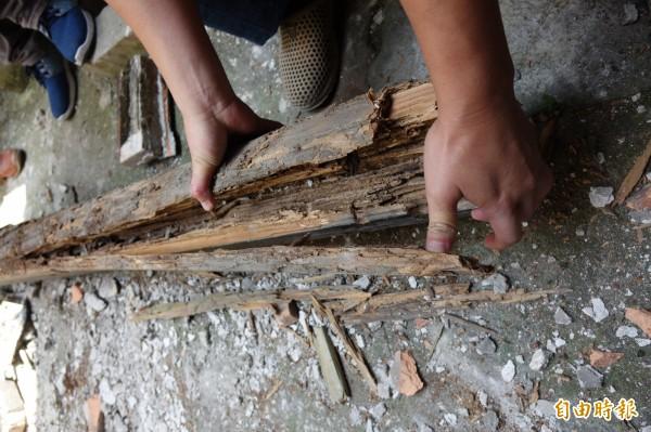 歷史建築鹿港十宜樓的天井2樓通道圓木掉落地面,百年圓木早已柱朽。(記者劉曉欣攝)