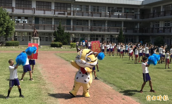 貓裏喵與鶴岡國中師生大跳「妖怪手錶」。(記者張勳騰攝)