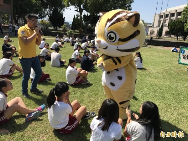 貓裏喵透過有獎徵答方式與鶴岡國中學生互動。(記者張勳騰攝)