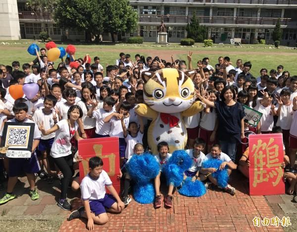 貓裏喵與鶴岡國中師生大合照,全力催票。(記者張勳騰攝)