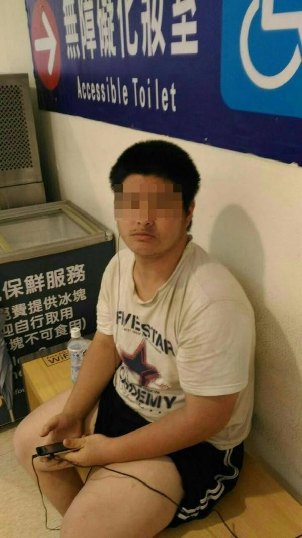 劉姓輕度智障男從台北流浪到台東,馬蘭休假警眼尖找回。(記者陳賢義翻攝)