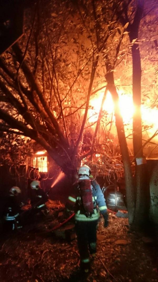 消防員進入火場搶救。(記者姚岳宏翻攝)